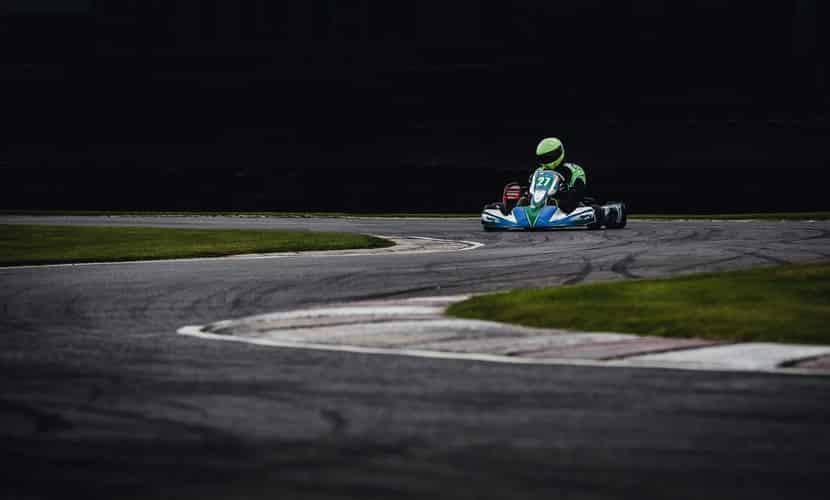Karting et voiture : les différences de pilotage